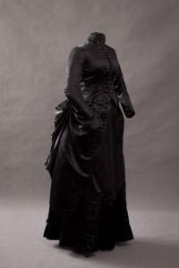 Trauerkleid aus Seide um 1875-1880 - Gesamtblick