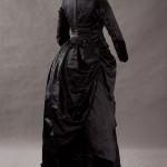 Trauerkleid aus Seide um 1875-1880 - Rückseite