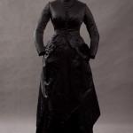 Trauerkleid aus Seide um 1875-1880 - vorne